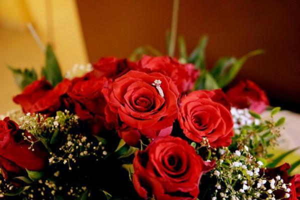 玫瑰花和钻石戒指