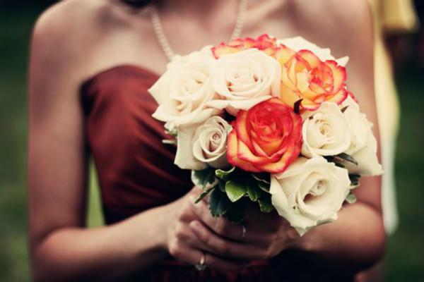 新娘拿鲜花