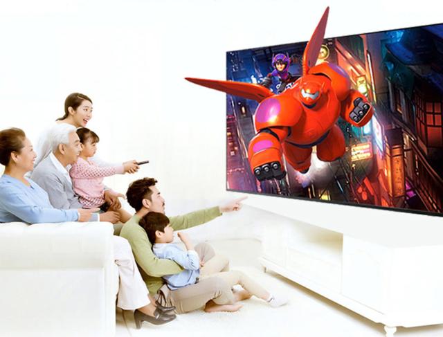 /一家人在家看电影